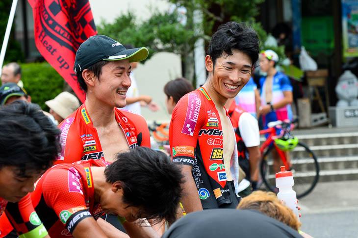 ダウンしながら鈴木譲と話す雨澤毅明(宇都宮ブリッツェン)今季初優勝に笑顔がこぼれる