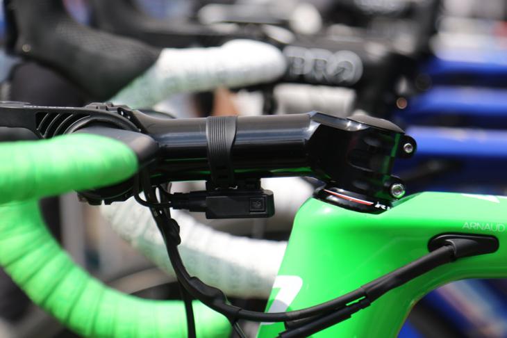 深いポジションにするべく、デマールのバイクにはFSAのステムが投入された