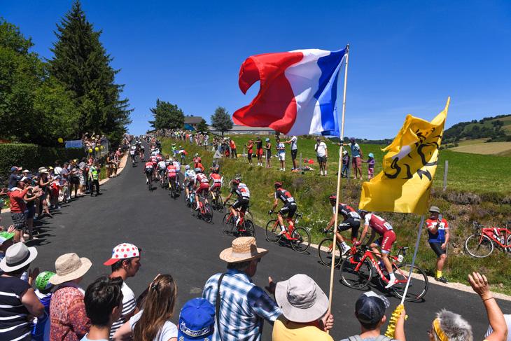 青い空とフランス国旗とツール・ド・フランス