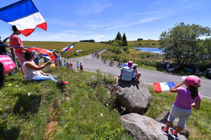 コースのあちこちでフランス国旗が振られる