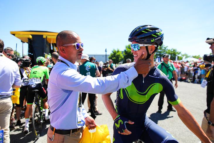 大会スタッフとして働くレオナルド・ドゥケがカルロスアルベルト・ベタンクール(コロンビア、モビスター)の頬をつねる
