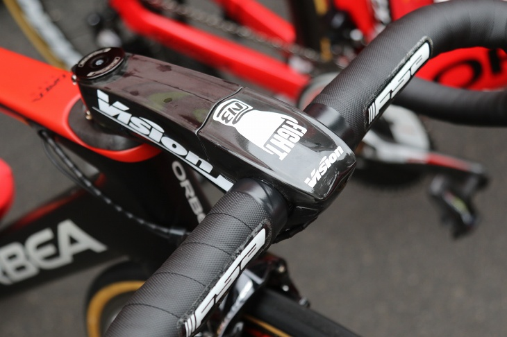 ブアニのバイクはヴィジョンのMETRONエアロステムを使用し、上部には「FIGHT NB」の個人ロゴが描かれる