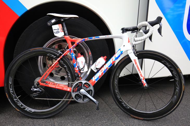 赤青白のフレンチトリコロールカモフラを纏うアルテュール・ヴィショ(フランス)のバイク