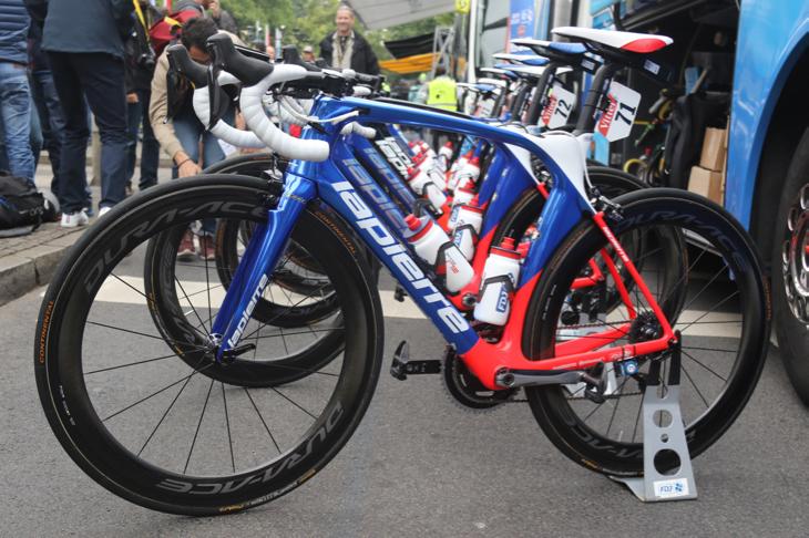 青部分をメタリックに、ロゴをホワイトに変更したアルノー・デマール(フランス)のバイク