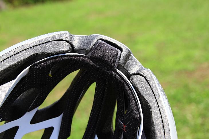 ヘルメット先端まで伸ばされたスウェットガイドパッドにより、汗が目やサングラスに滴り落ちるのを防止する