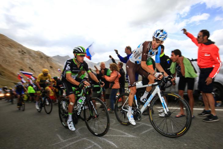 ガリビエ峠頂上に近づきアタックの機会を伺うロマン・バルデ(フランス、アージェードゥーゼール)