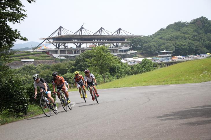 遠くにパドックを眺めることができるコーナー。山の神こと森本誠さんも5時間のレースを走る