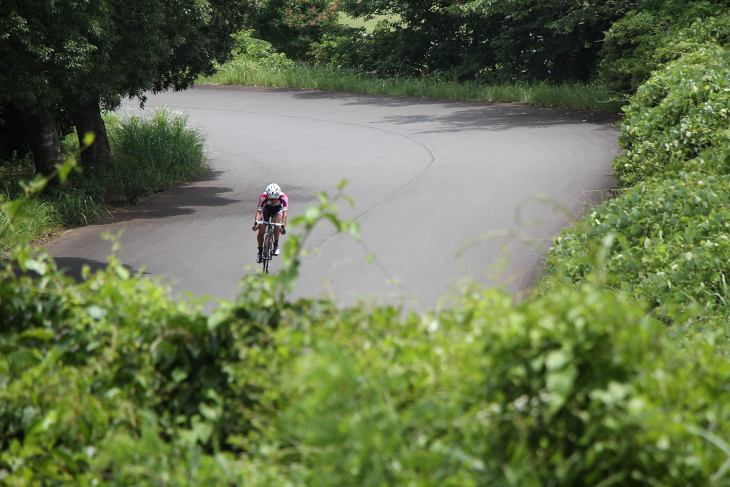 コースの両脇は緑が生い茂っているが、コースの大部分は日なたとなっている