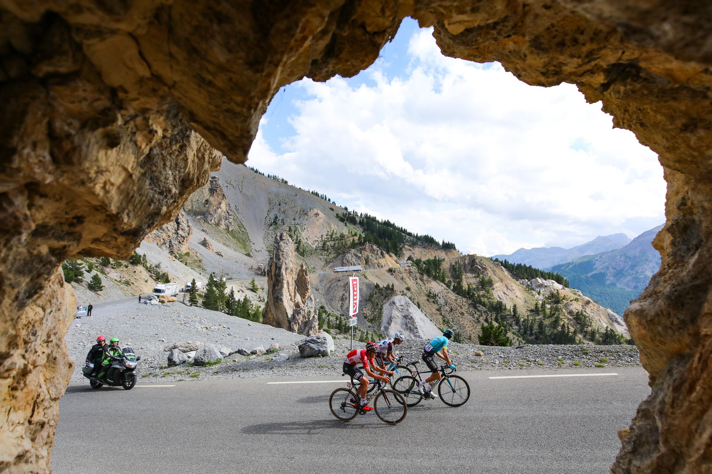イゾアール峠を登るティエシー・ブノート(ベルギー、ロット・ソウダル)ら