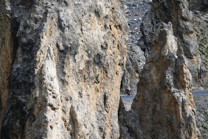 先頭でイゾアール峠を目指すダルウィン・アタプマ(コロンビア、UAEチームエミレーツ)