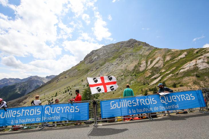 イゾアール峠の風になびくサルデーニャの旗