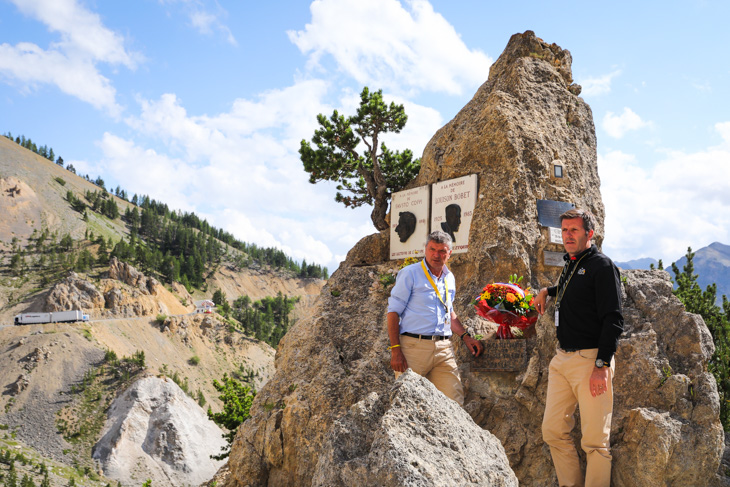 イゾアール峠のモニュメントに献花するベルナール・テヴネ氏