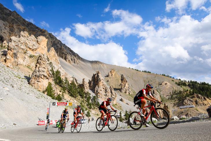 ダミアーノ・カルーゾ(イタリア、BMCレーシング)のために隊列を組むBMCレーシング