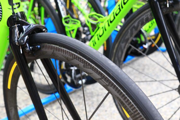 ウランのバイクにはコンチネンタルのCOMPETITION PRO LTDと思われるタイヤがセットされていた