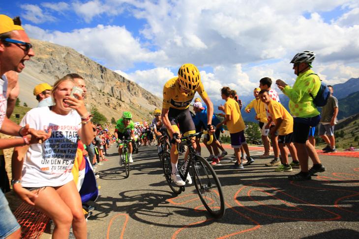 イゾアール峠でバルデのアタックに追従するクリストファー・フルーム(イギリス、チームスカイ)