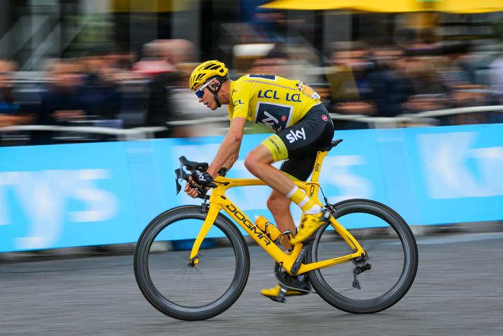 安全にシャンゼリゼ周回コースを走るクリストファー・フルーム(イギリス、チームスカイ)