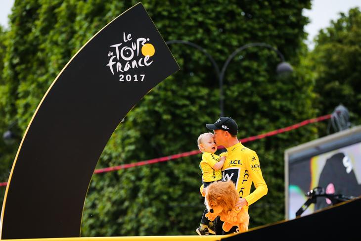 ツール・ド・フランス2017 総合優勝を果たしたクリストファー・フルーム(イギリス、チームスカイ) その肩にはルコックスポルティフのロゴが