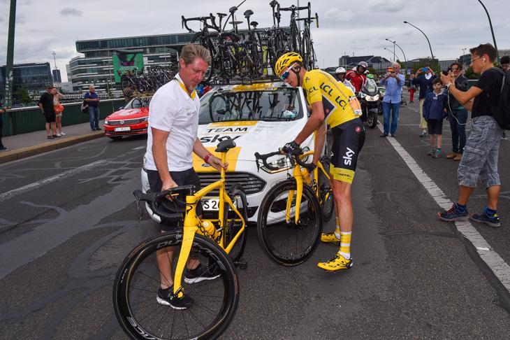 黄色いメインバイクから黄色いスペアバイクに乗り換える