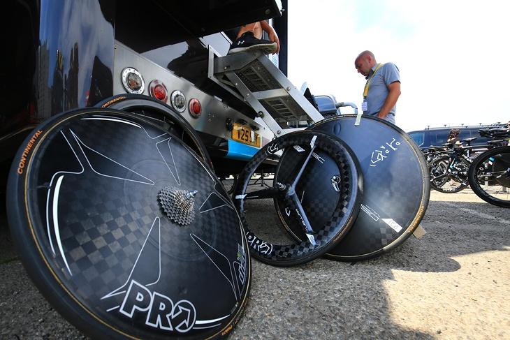 PRO製のディスクホイールとバトンホイールを用意するチームスカイ