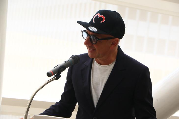 プレゼンテーション冒頭で挨拶するクリスティアーノ・デローザ氏