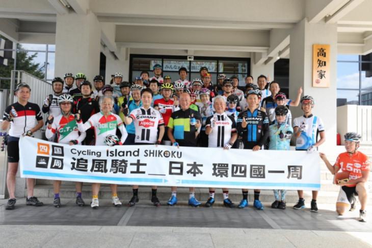 高知県庁の前で出発式