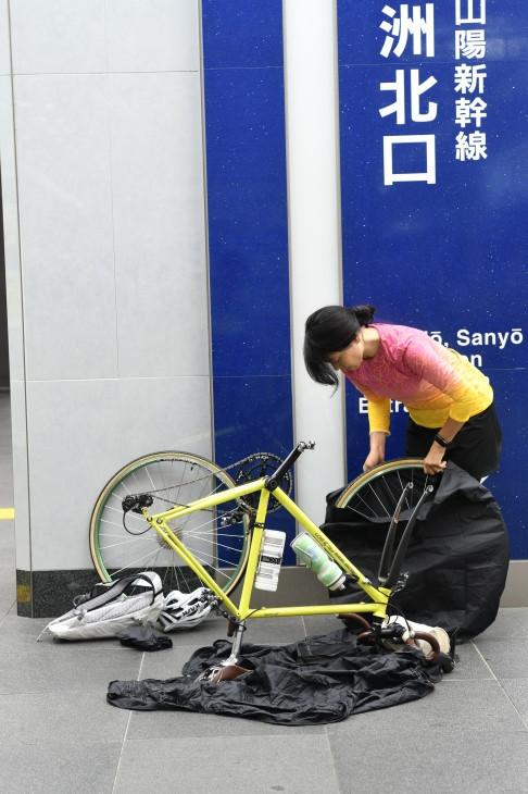 早朝の東京駅は人もまばらで、輪行作業もゆっくりとできる