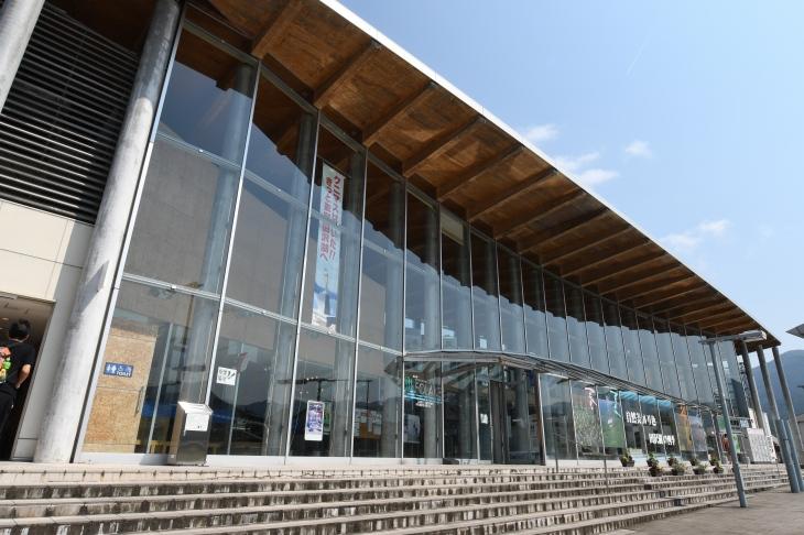 ガラス張りの現代的な田沢湖駅に到着