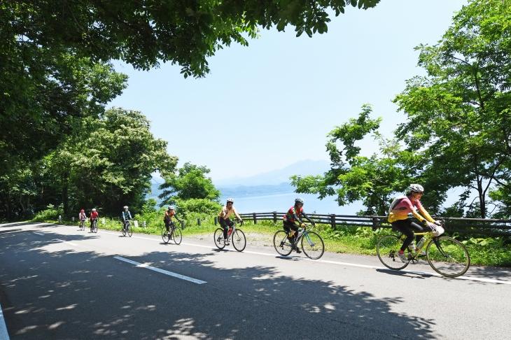 フラットな田沢湖沿いの道をいく