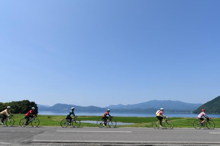 田沢湖沿いを走っていく