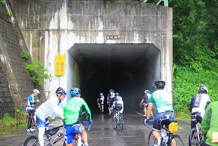 登り切った白沢洞門にて多くの参加者が一旦休憩