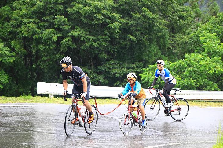自転車同士を繋ぎ息子さんを引っ張るお父さん