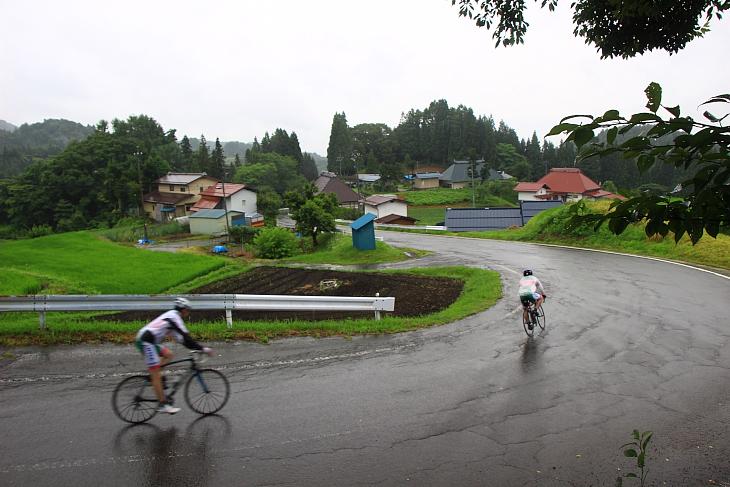 濡れた路面に注意しつつのダウンヒル