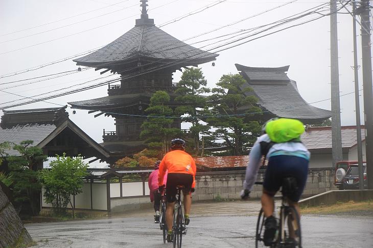 三重塔が目につく高山寺の前を通る