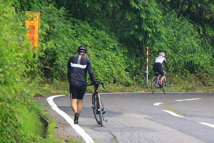 あまりのキツさに自転車を降りて押して歩く人も