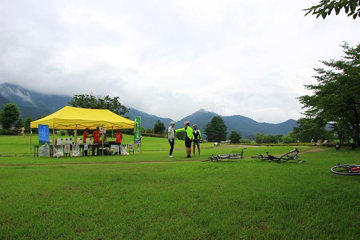 広い安曇野ちひろ公園の一画に松川エイドが用意された