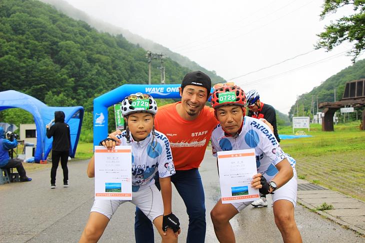 6年連続参加の福岡さん親子も完走証を手に記念撮影