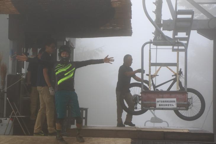 リフト降り場は深い霧に覆われて居ました