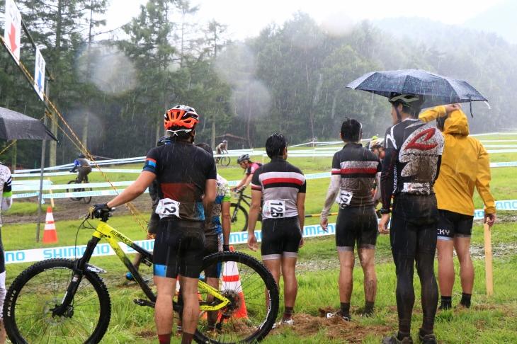 雨の中走るチームメイトを応援する