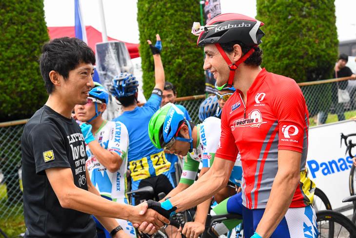 会場に姿を見せた増田成幸(宇都宮ブリッツェン)がホセ・ビセンテ(マトリックスパワータグ)と握手