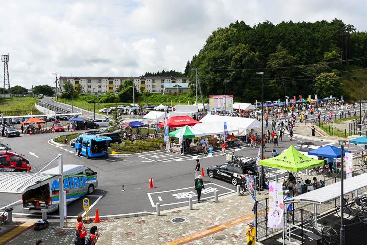 JR片岡駅前のロータリーに設けられたイベントステージとチームピット