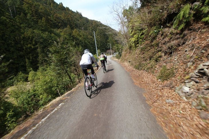 細い山道が続く。クルマはほとんどすれ違わない
