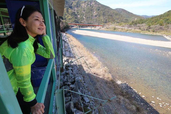 ゆったり流れる日置川の眺めを楽しむ日向涼子さん
