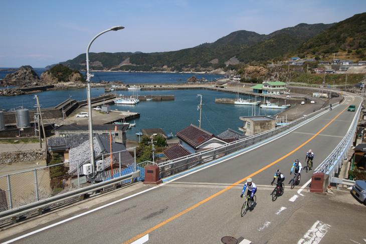 素朴な漁港を横目に海岸線を快走する