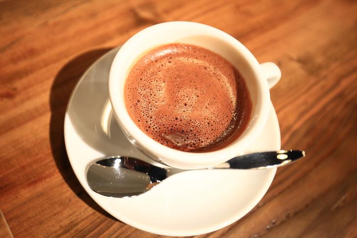 試行錯誤を繰り返したというホットチョコレート。濃厚なのに飲みやすく、気付けの一杯に。