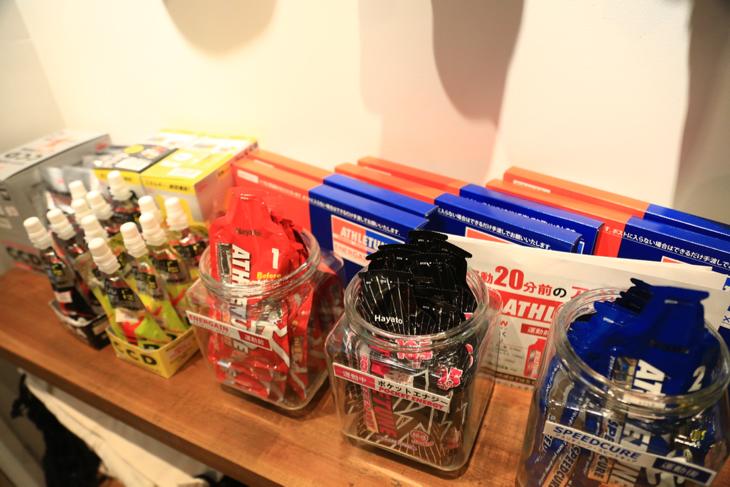店内には長距離サイクリングに嬉しい補給食類も完備している