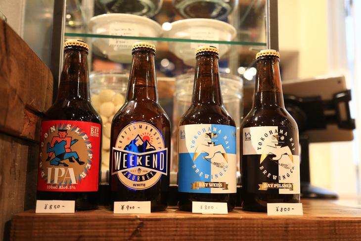 ビールは横浜ベイブルーイング。クラフトビール数種類が並ぶ