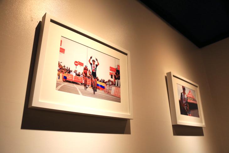 チャンピオンシステムのウェアを使う、UAEチームエミレーツの写真も