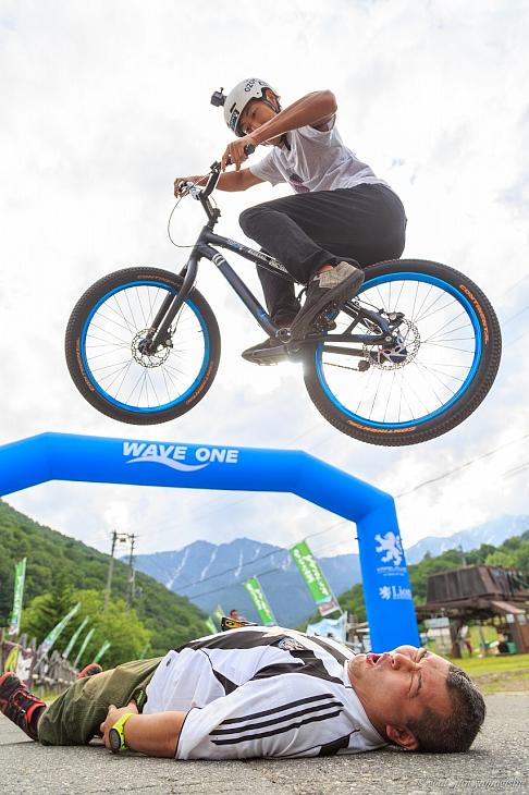 会場ではバイクトライアル競技の全日本チャンピオン西窪友海さんによるショーも開催