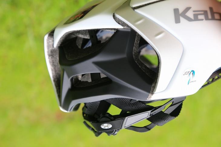 ヘルメット後方は大きく開き、前方から取り込んだ空気を排出する