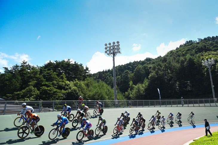 日本で一番高所にある松本市美鈴湖自転車競技場 朝から夏の日差しが照りつけた